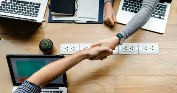 people-shaking-hands-questions-for-B2B-SEO-agency